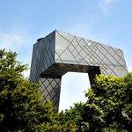 Rozporuplná budova státní televize se skládá ze šesti vertikálních a horizontálních sekcí a čínská vláda za ni zaplatila 760 milionů dolarů (19 miliard korun). Na výšku má 234 metrů. Budova s 44 podlažími byla dokončena v roce 2004.
