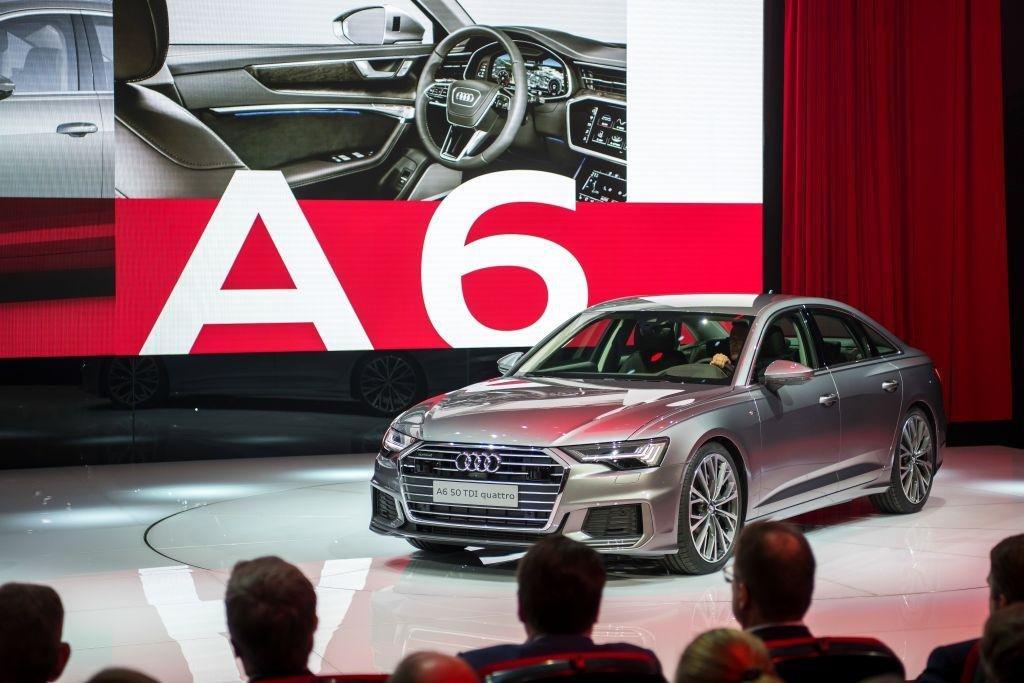 Pro výrobce luxusních automobilů byl loňský rok úspěšný. Na odměnách to poznají i zaměstnanci, kteří si rozdělí přes 200 milionů eur (asi 5,1 miliardy korun) každý z 58 tisíc zaměstnanců si přijde na 3510 eur (90 tisíc korun). Na snímku je Audi A6 na autosalónu v Ženevě