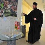 Český pravoslavný kněz otec Chariton, který je na pouti v Řecku, odevzdal svůj hlas na českém velvyslanectví v Aténách