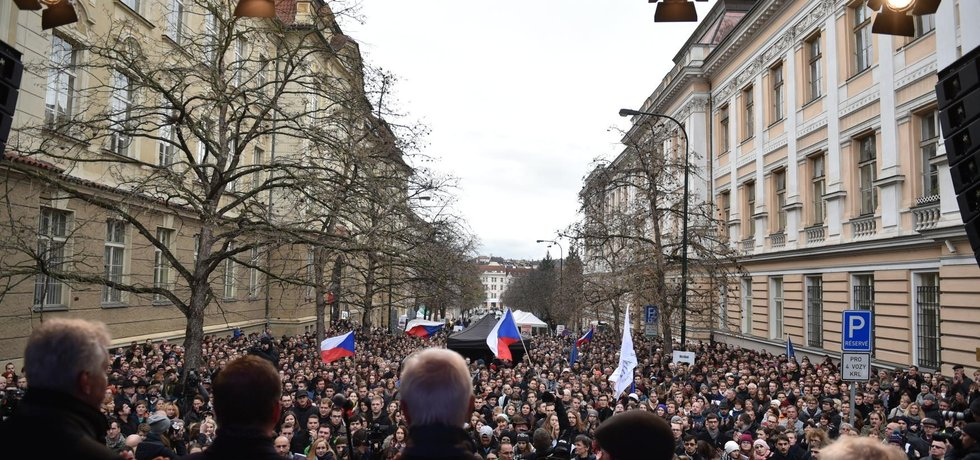 Na pražském Albertově lidé uctili státní svátek u památníku připomínající, že odtud vyšel 17. listopadu 1989 pochod studentů na Národní třídu. Na snímku vpředu zády hosté na pódiu.