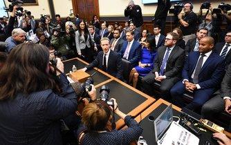 Mark Zuckerberg před začátkem slyšení před senátním výborem pro finanční služby 23. října 2019