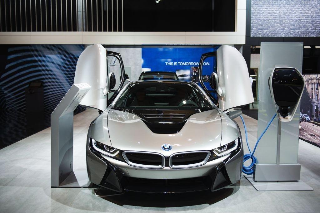Mnichovská automobilka po dvanácti letech na pozici nejúspěšnějšího výrobce luxusních aut musela loni přepustit místo Daimleru. Zaměstnanci si ale na odměnách rozdělí víc než ve Stuttgartu. V průměru dostanou více než dva měsíční platy. Každý obdrží 8095,5 eura (206 tisíc korun), dalších 900 eur (23 tisíc korun) činí příspěvek na důchod. Na snímku je hybrid BMW i8 na autosalónu v Torontu.