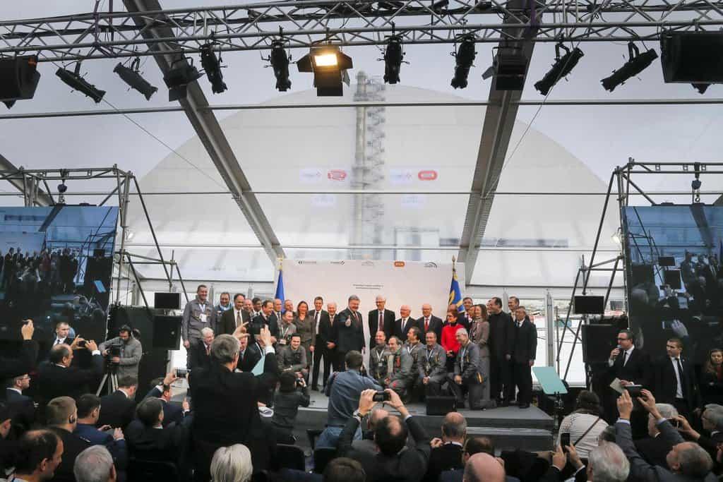 """Odkrývání nového černobylského sarkofágu se účastnili ukrajinští představitelé včetně prezidenta země """"čokoládového krále"""" Petra Porošenka."""