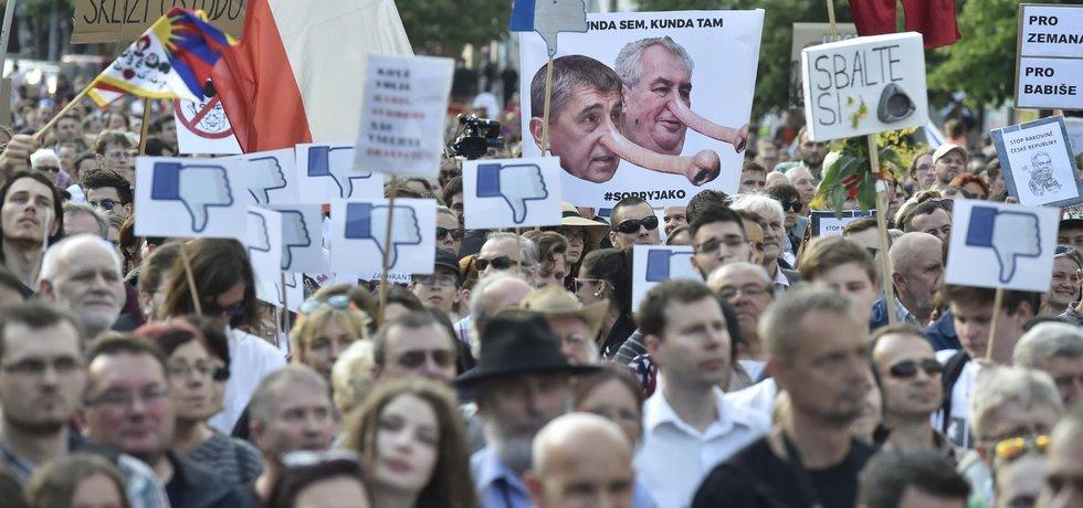 Demonstrace začala na Václavském náměstí. Poté následoval pochod na Pražský hrad