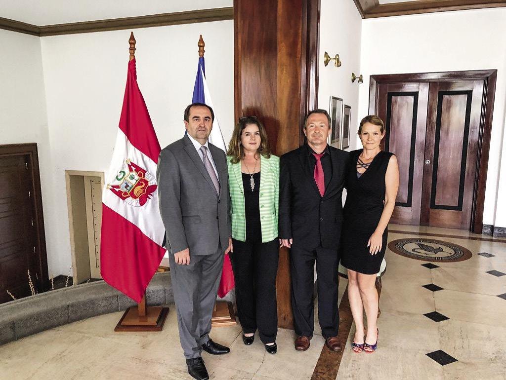 Manželé Kožušníkovi (stojící vpravo) s velvyslancem České republiky v Peru Pavlem Bechným a jeho ženou během turné po Latinské Americe