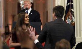 Konflikt v Bílém domě. Zpravodaj CNN Jim Acosta (na snímku zády) přišel o akreditaci po slovní rozepři s prezidentem Donaldem Trumpem