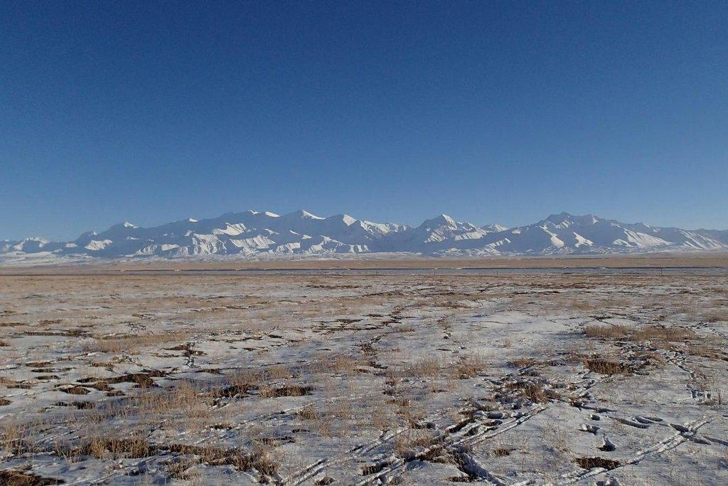 Mezi Kyrgyzstánem a Čínou se rozkládá široká náhorní plošina lemovaná horami.