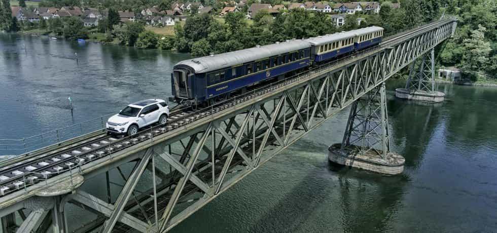 Land Rover Discovery Sport v roli železniční lokomotivy