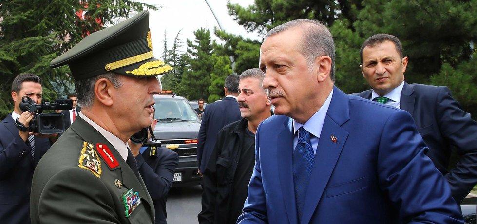 Turecký prezident Recep Tayyip Erdogan a náčelník generálního štábu turecké armády Hulusi Akar (Zdroj: ČTK)