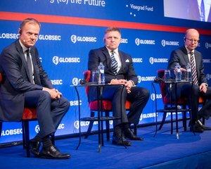Donald Tusk, Robert Fico a Bohuslav Sobotka na konferenci Globsec