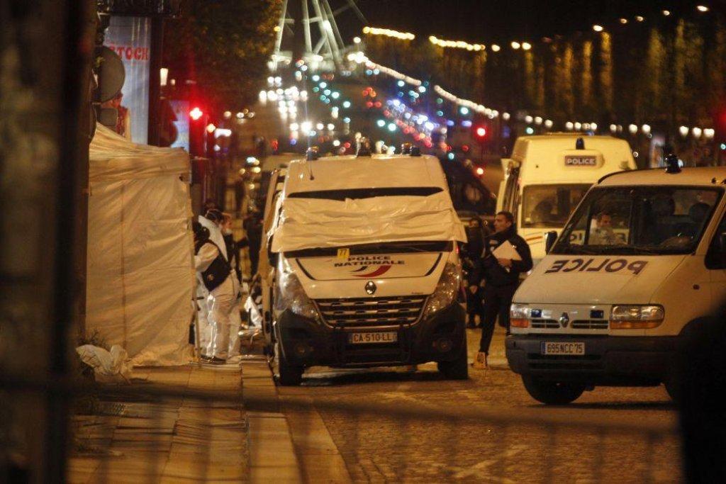 Policie vyšetřuje útok na Champs-Élysées v Paříži.