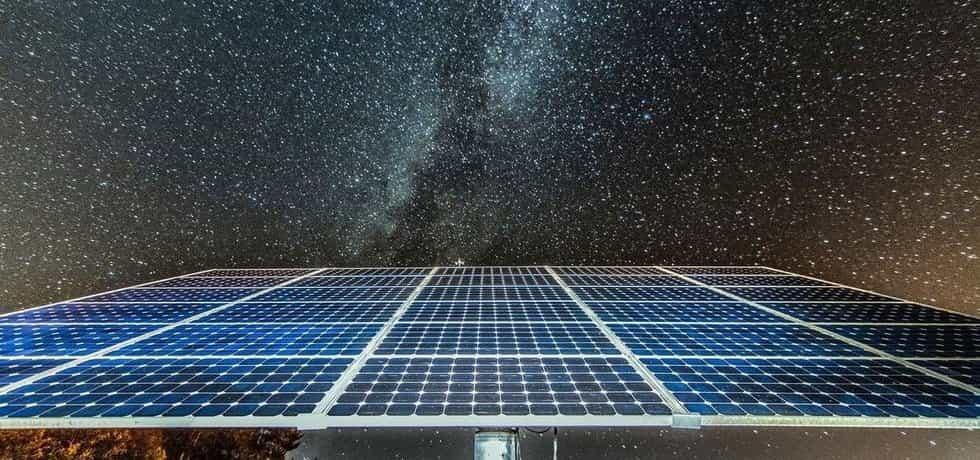 Solární panel v noci, ilustrační foto