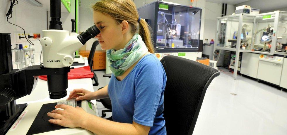 Středoevropský technologický institut (CEITEC) v Brně se rozšířil o dva nové pavilony. Vědci tak získali moderní pracoviště pro výzkum biologicky významných molekul, evoluce rostlin, ale i lidské mysli a zdraví člověka. Stavba budov přišla na 440 milionů korun a jejich technické vybavení na 990 milionů korun. Na snímku ze slavnostního otevření 12. září je laborantka v Centrální laboratoři RTG difrakce a Bio-SAXS.
