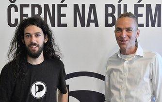 Předseda Pirátů Ivan Bartoš (vpravo) a pražský zastupitel Mikuláš Ferjenčík