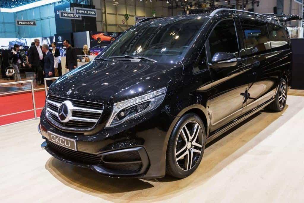 Výrobce mercedesů vyplatí v dubnu každému ze svých 130 tisíc zaměstnanců částku 5700 eur (145 tisíc korun). Jsou to nejvyšší odměny za hospodářské výsledky v dějinách automobilky, o rok dříve byly o 300 eur nižší. Nový model Mercedes-Benz V-Class Okcu (foto) firma prezentuje v Ženevě.