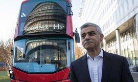 Londýnský starosta Sadiq Khan pózuje u autobusu s vodíkovými palivovými články. Ilustrační foto