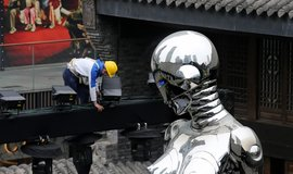 10metrová socha robotky dohlíží na dělníka v Čcheng-tu, metropoli čínské provincie Sečuan