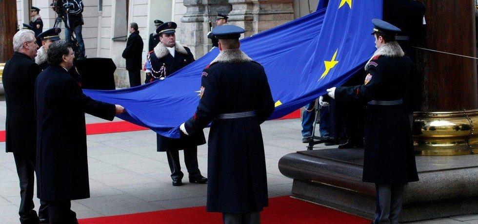 Vyvěšení vlajky EU na Pražském Hradě, ilustrační foto