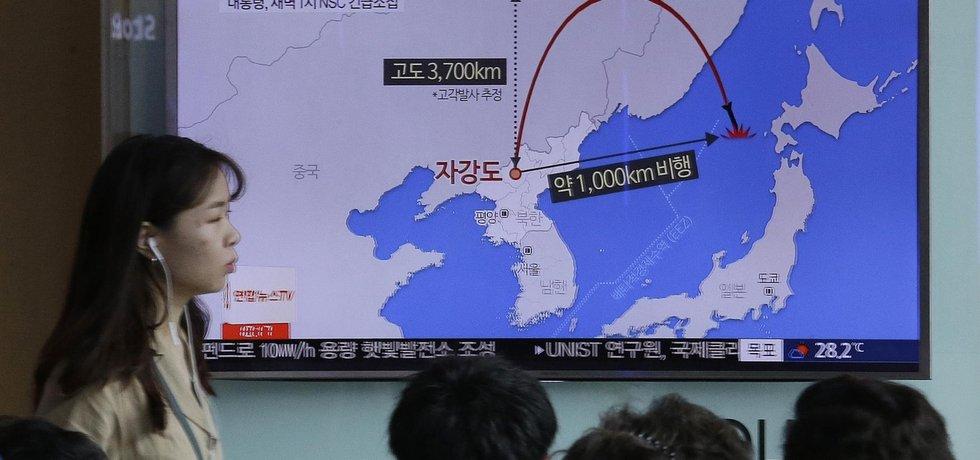 Lidé v Jižní Koreji sledují zpravodajství o letu zatím poslední severokorejské střely