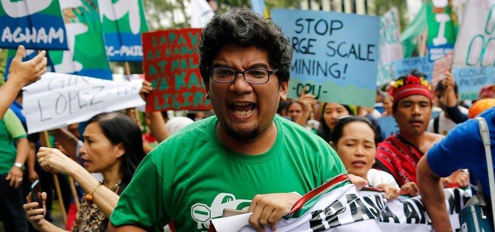 Demonstrace na podporu uzavření dolů drahých kovů na Filipínách.