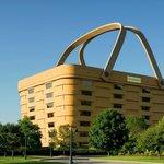 Výstavba kancelářské budovy ve tvaru piknikového koše v americkém Ohiu stála před necelými dvaceti lety 32 milionů dolarů. Dnes opuštěnou bizarní budovu nikdo nechce ani za 5 milionů dolarů.