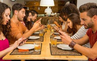 Závislost na mobilu - ilustrační foto