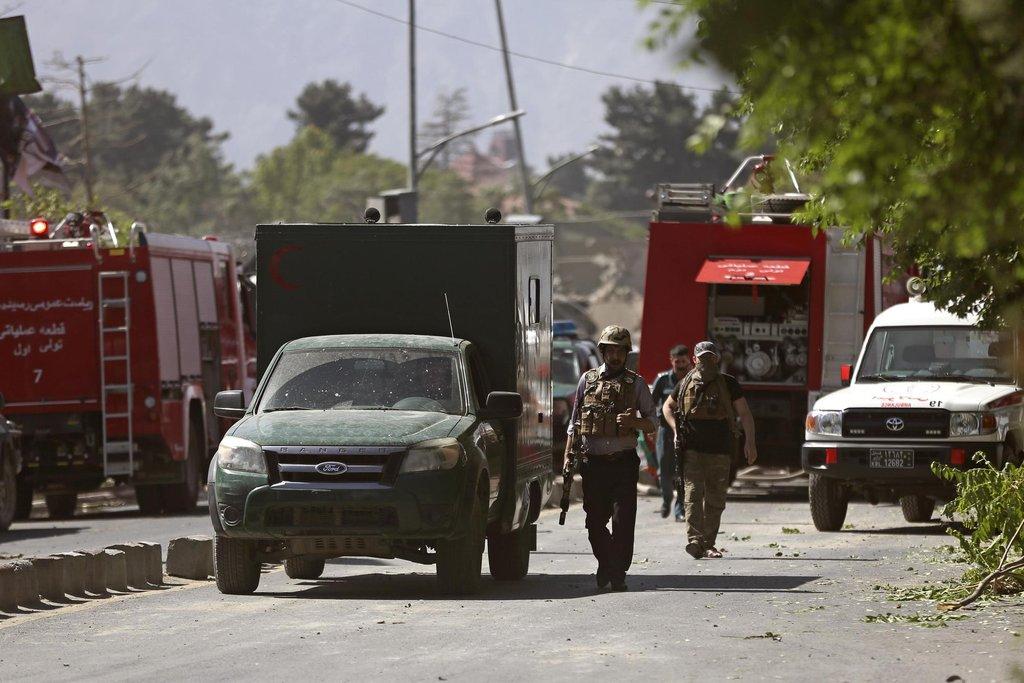 Ulice, na níž nálož explodovala, je úzká a z obou stran obehnaná vysokými zdmi, které slouží jako ochrana právě proti explozím.