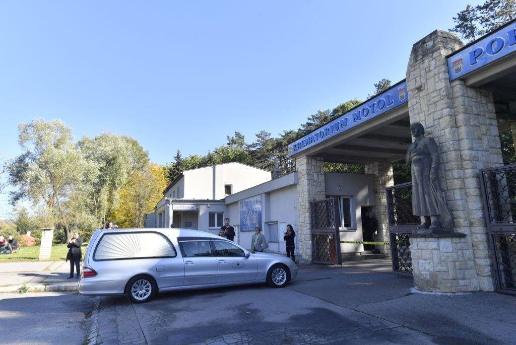 Převoz těla Karla Gotta do motolského krematoria.
