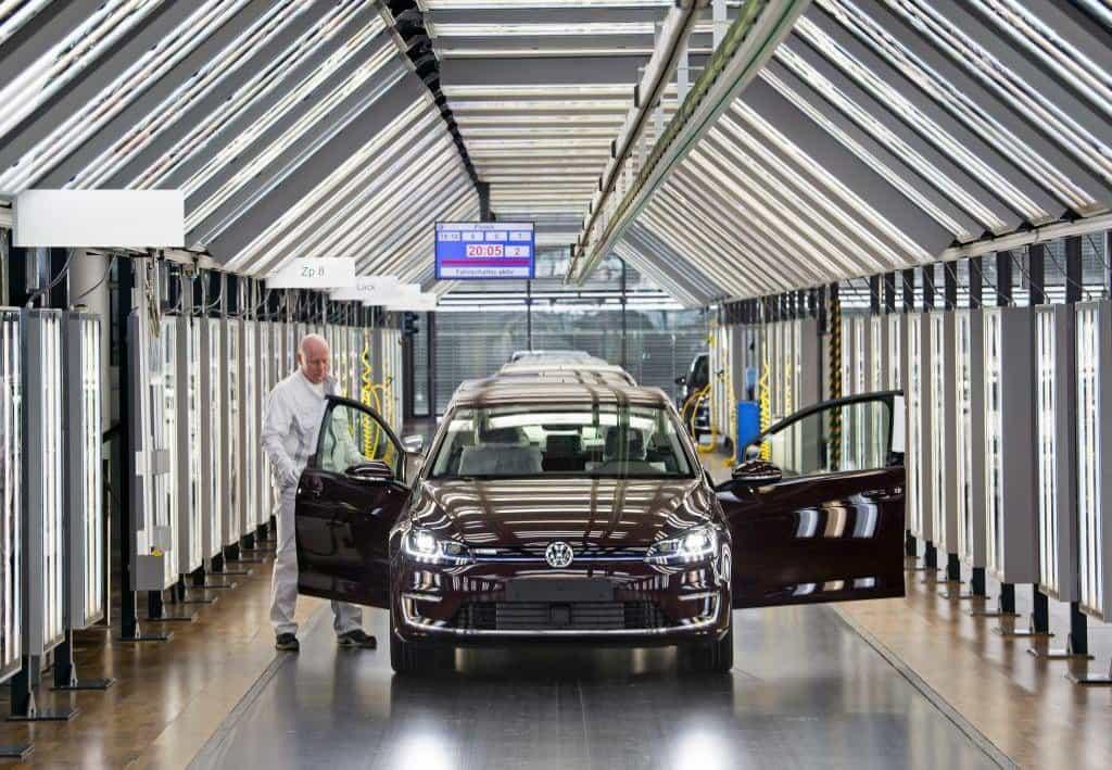 Vzhledem k rekordním výsledkům v předchozím roce vyplatí největší evropská automobilka každému ze svých 120 tisíc zaměstnanců mimořádnou částku 4100 eur (105 tisíc korun). Je to o 1200 eur více než v předchozím roce. Na snímku je závěrečná kontrola modelu eGolf ve fabrice VW v Drážďanech