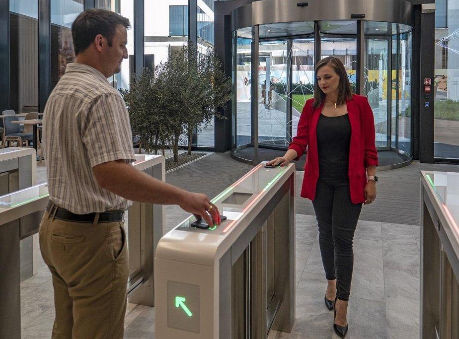 Ke vstupu do kancelářské budovy Spark ve Varšavě nepotřebujete zaměstnaneckou kartu, stačí mobilní telefon.