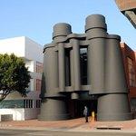 Originální budova ve tvaru dalekohledu stojí od roku 2001 v Los Angeles. O deset let později ji koupil Google.