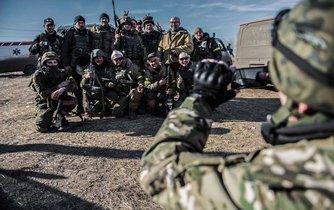 Ruští vojáci a jejich pomocníci se fotí na památku při pauze v bojích na ukrajinském Donbasu