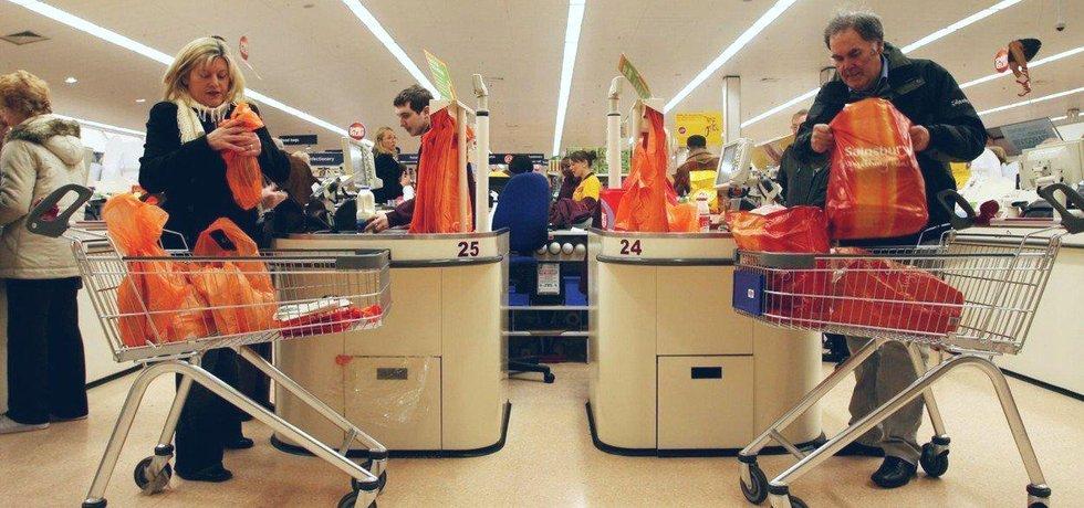 Zákazníci v londýnském obchodě Sainsbury