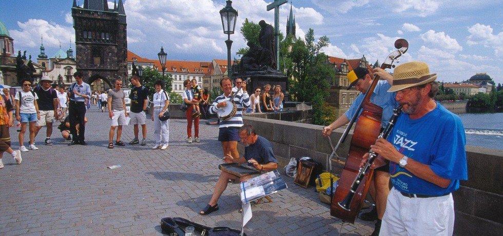 Pouliční umělci na Karlově mostě, ilustrační foto