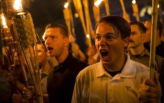 """V pátek 11. srpna v Charlottesville pochodovala přes kampus University of Virginia organizovaná skupina rasistů a pžíznivců alt-right, kteří nesli pochodně a vykřikovali: """"Na bílých životech záleží."""""""