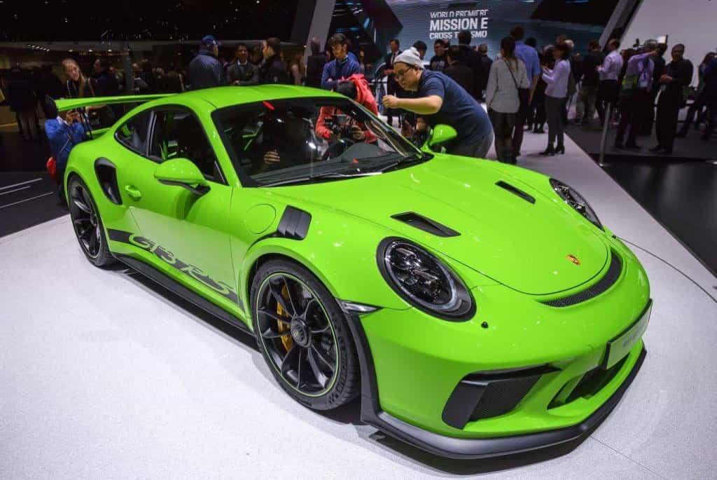 Výrobce sportovních aut měl výjimečný hlavně rok 2016, kdy mu zisk stoupl o 10 procent. S odkazem na úspěšný model 911 dostal každý zaměstnanec odměnu ve výši 9111 eur (232 tisíc korun). Letos se očekává od vedení menší štědrost. V Ženevě automobilka Porsche prezentovala model 911 GT3 RS.
