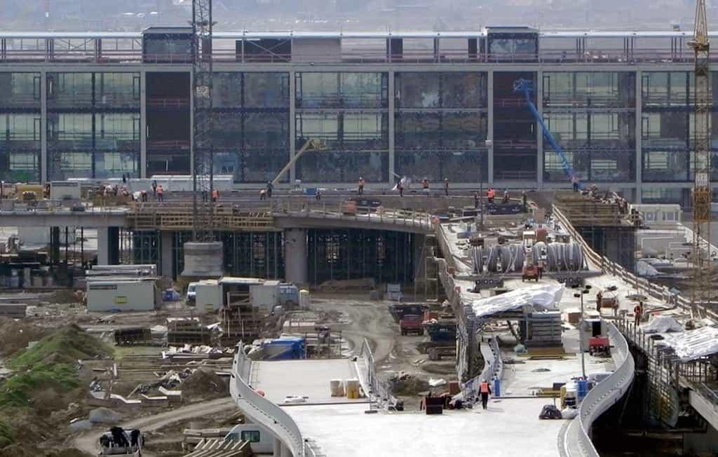Výstavba hlavního terminálu v roce 2010.
