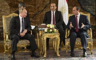 Vladimir Putin a jeho egyptský protějšek Abdal Fattáh Sísí