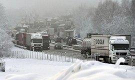 Reakce na loňský kolaps: na dvou úsecích D1 bude zákaz předjíždění kamionů