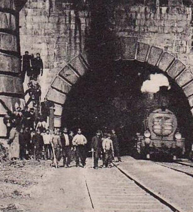 Tunel mezi Francií a Itálií na původní železniční trati byl otevřen v roce 1871.