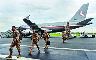 Návrat. Čeští vojáci se vracejí z Mali z výcviku tamních jednotek