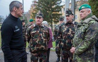 Generálmajor František Malenínský (vpravo) a ministr obrany Martin Stropnický při společném cvičení české a maďarské armády.