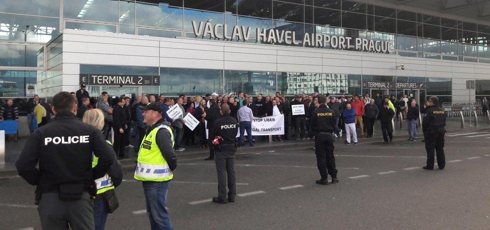 Protest taxikářů na pražském letišti proti konkurenční společnosti Uber.