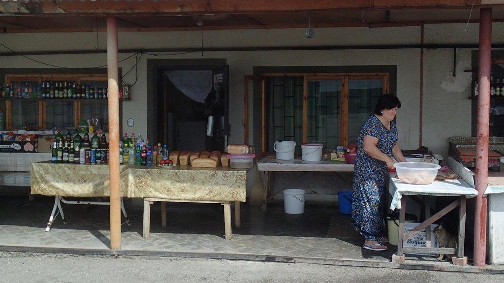 Ženské prodávající jídlo a cigarety u silnice v Severní Osetii.