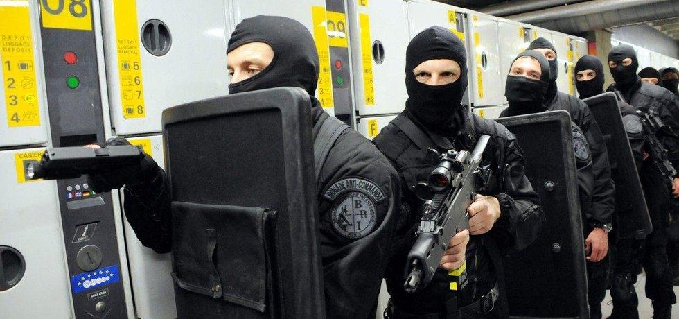 Příslušníci francouzské elitní protiteroristické jednotky GIGN na dveře neklepou
