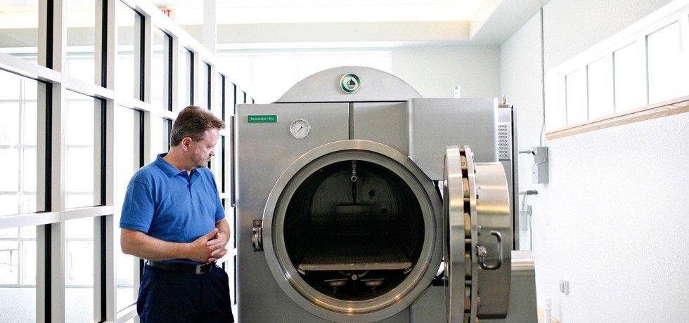 Stroj na biokremaci Resomator S750 s jeho tvůrcem Sandy Sullivanem. Do provozu byl instalován na Floridě v roce 2011.