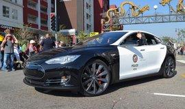 Tesla v barvách kalifornské policie - ilustrační foto