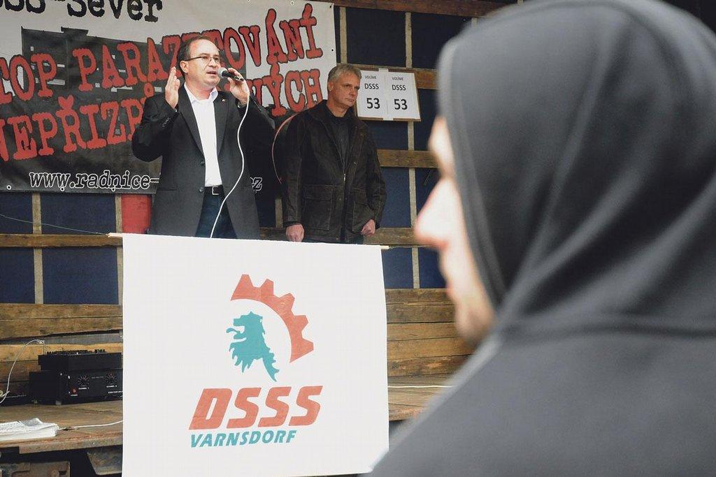 Rozdmýchávání nálad. Předseda ultrapravicové Dělnické strany (DSSS) Martin Vandas se snaží získat si naštvané Varnsdorfany tradiční rasistickou agitací.