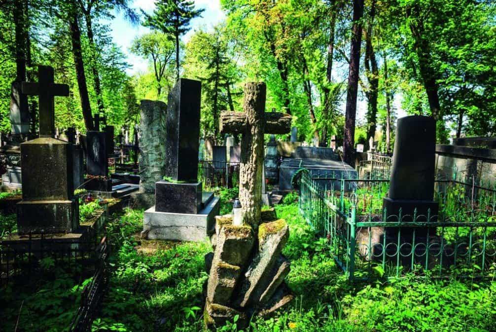 Na Lyčakovském hřbitově je na 40 hektarech tři sta tisíc hrobek