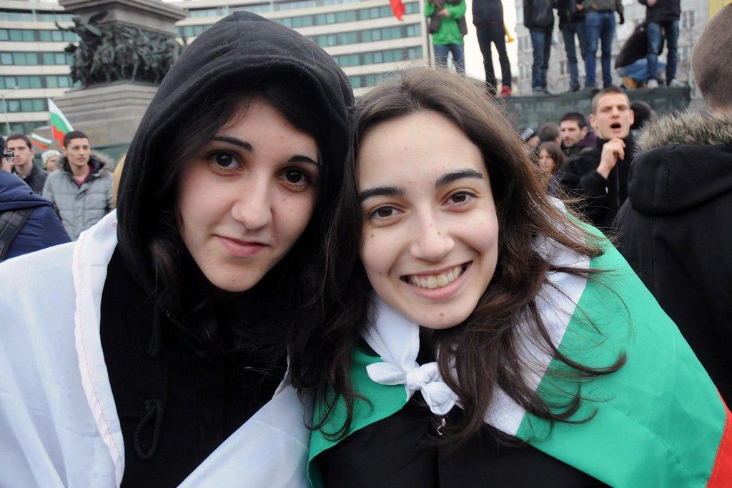"""""""Posledních dvacet let je Bulharsko v díře. Naši politici nás okrádali moc dlouho. Je jedno, jestli mají moc komunisté nebo demokraté, je to všechno to samé. A tak jsme konečně v ulicích, abychom jim řekli, že to tak dál nejde. Že je čas na změnu,"""" říká studentka gymnázia Soňa a její kamarádka přikyvuje. Kdo by jí měl přinést, to ale dívky nevědí."""